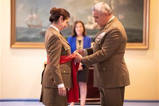 El Jefe de Estado Mayor del Ejército, Francisco Javier Valera, impone el fajín a la general Patricia Ortega