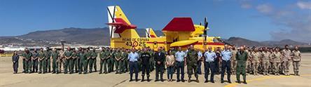 La ministra Margarita Robles y el personal del Ejército del Aire y la UME, en la base aérea de Gando