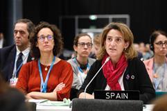 La ministra en funciones Teresa Ribera junto a la directora general en funciones Valvanera Ulargi en la COP25