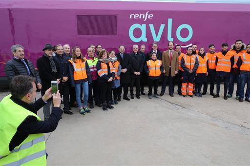 Ábalos con los trabajadores en los talleres de RENFE