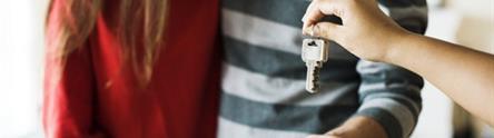 Una pareja recibe las llaves de un alojamiento