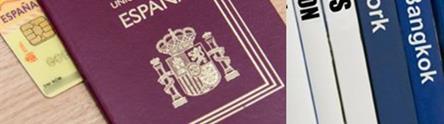 Foto de un pasaporte y DNI español con guías de viajes a diferentes países