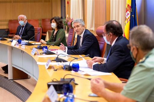 El ministro Fernando Grande-Marlaska y el resto de autoridades durante la presentación