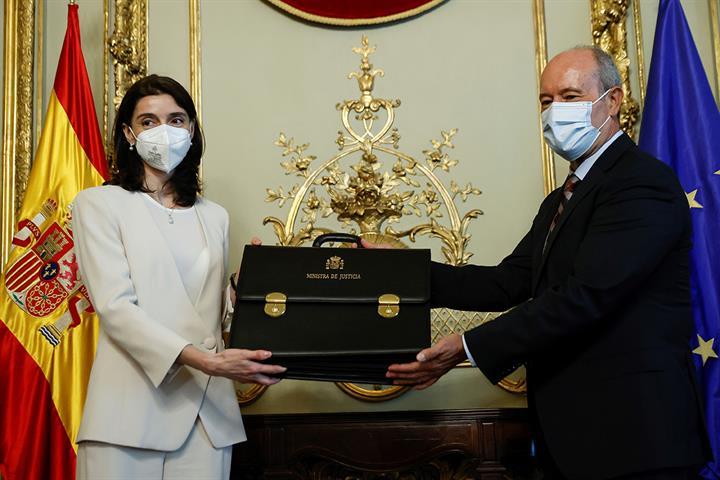Pilar Llop recibe la cartera ministerial de manos de su antecesor en el cargo, Juan Carlos Campo,