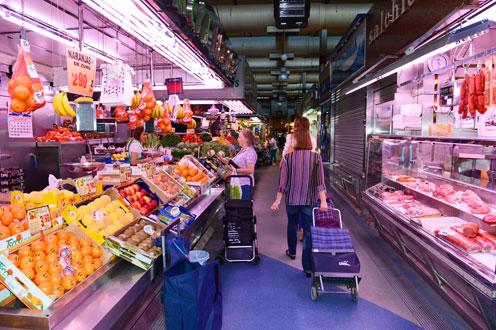 Personas comprando en un mercado