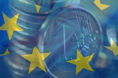 Bandera de la Unión Europea y monedas de euro