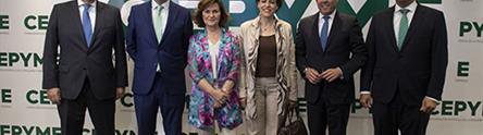 Carmen Calvo y Magdalena Valerio con representantes de CEPYME