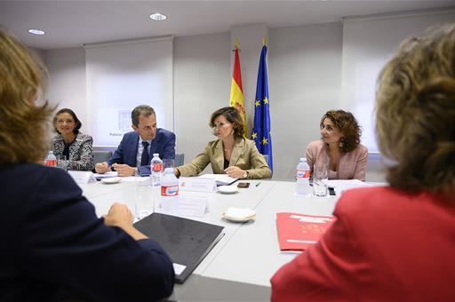 Las ministras Reyes Maroto, Carmen Calvo y María Jesús Montero, y el ministro Pedro Duque, durante la reunión