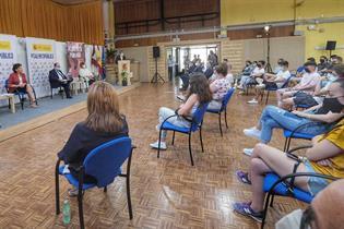Estudiantes atienden las intervenciones del ministro Miquel Iceta y la ministra Isabel Celaá