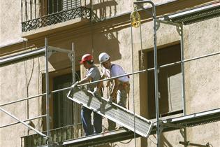 Dos trabajadores en un andamio