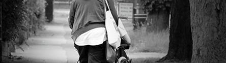 Cuidadora con persona mayor en silla de ruedas