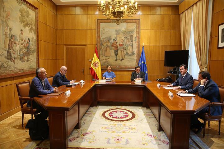 Yolanda Díaz y José Luis Escrivá junto a los representantes sindicales