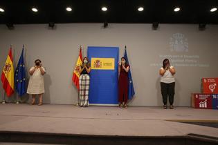 Las ministras Yolanda Díaz e Irene Montero aplauden durante el acto de firma