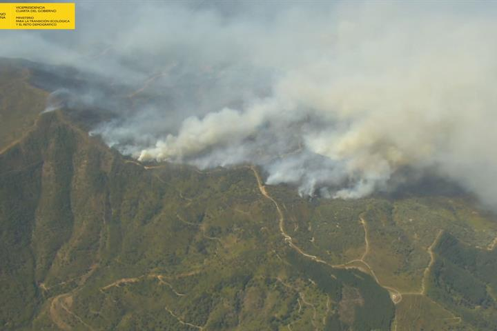 Medios aéreos y terrestres del MITECO continúan colaborando en las labores de extinción en el incendio de Sierra Bermeja (Málaga)