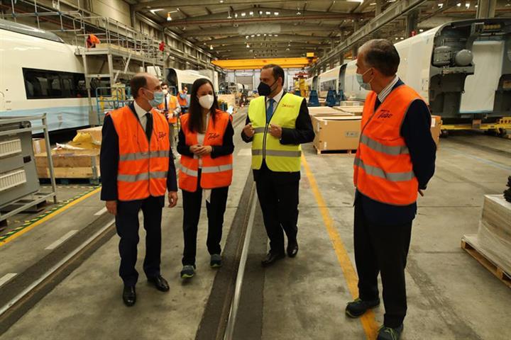 Ábalos conoce el avance en la fabricación de los trenes que talgo pondrá a disposición de Renfe